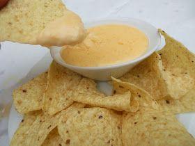 Salsa de queso para dipear,nachos,salsa con queso cheddar,cocina tradicional.