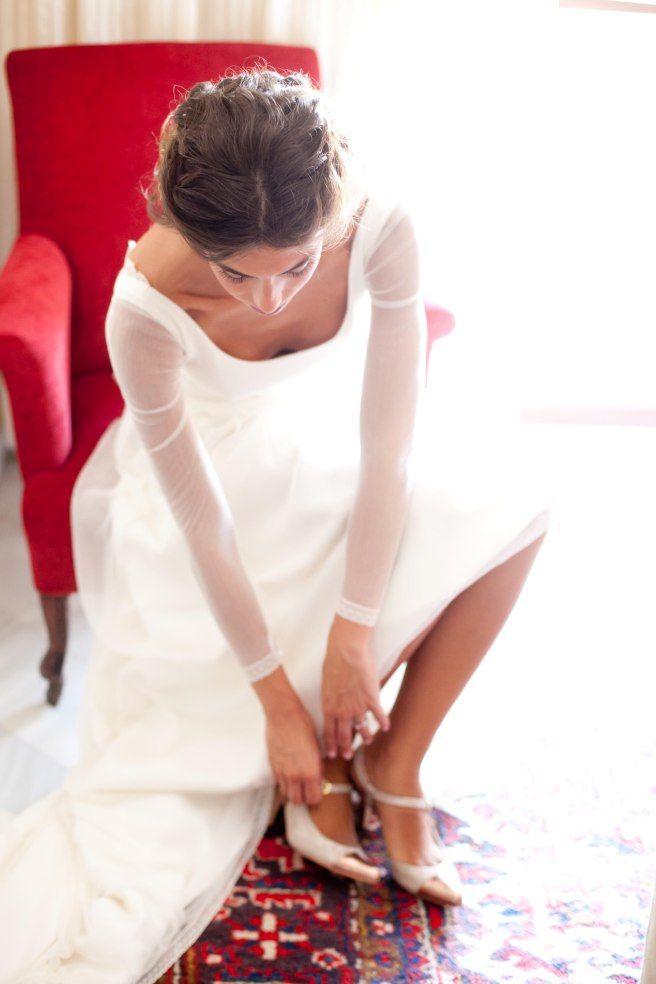 """""""Los #zapatos eran de Jorge Larrañaga, en #Madrid. 100% recomendable, te los hacen a medida, tienen #diseños preciosos o puedes elegir cómo los quieres y además recibes un trato excelente. Al ver las opciones se inspiró en seguida y le hicieron exactamente lo que quería: cerrados por delante con la puntera #cobre, el resto de #purpurina un tono algo más claro; abiertos por detrás y con una #hebilla en el lado. Y lo más importante, muy #cómodos"""". #wedding #shoes #glitter #moda #boda #weddingshoes"""
