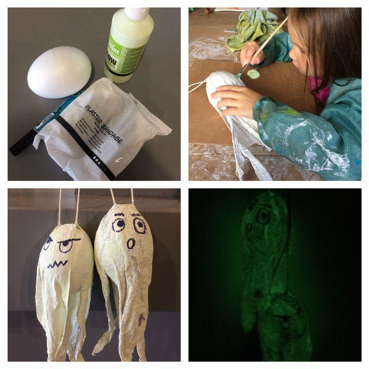 Halloween spookjes maken van piepschuim bal, gipsverband en glow in the dark verf.