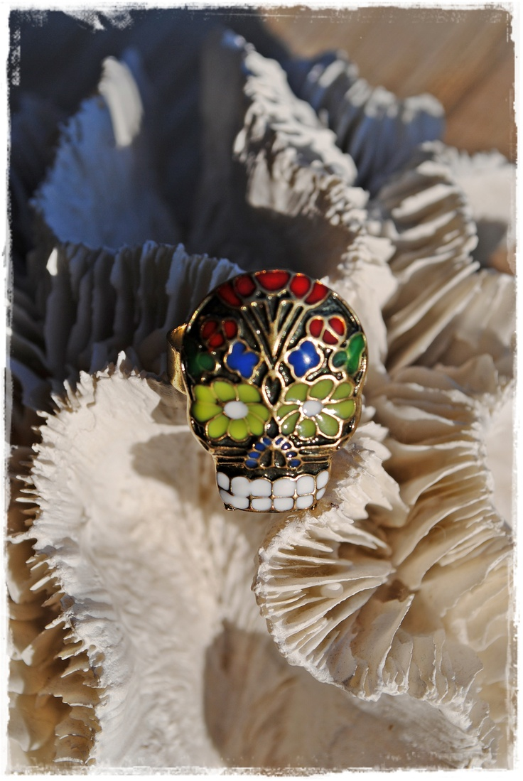 """""""Día de los Muertos"""", geïnspireerde ring uit de Mexicaanse cultuur. Bronzen uitvoering met geëmaileerde kleurvlakjes. Ringbasis is aanpasbaar van maat en nikkelvrij (goudkleurig) Prijs: 8 euro"""