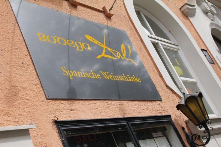Bodega Dalí. Spanisches Kellerrestaurant mit stylish-rustikaler Deko, das exklusive Tapas, Hauptgerichte & Paella serviert. Adresse: Tengstraße 6, 80798 München.