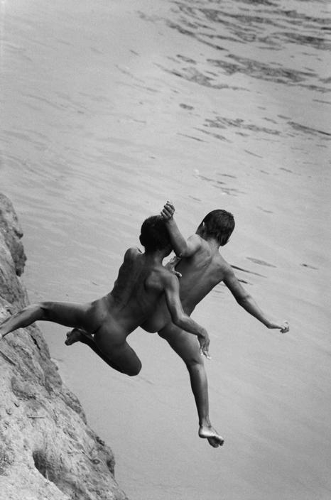 René Burri, Indian children bathing in Chico river, Corozal village, Panama, avril 1999.