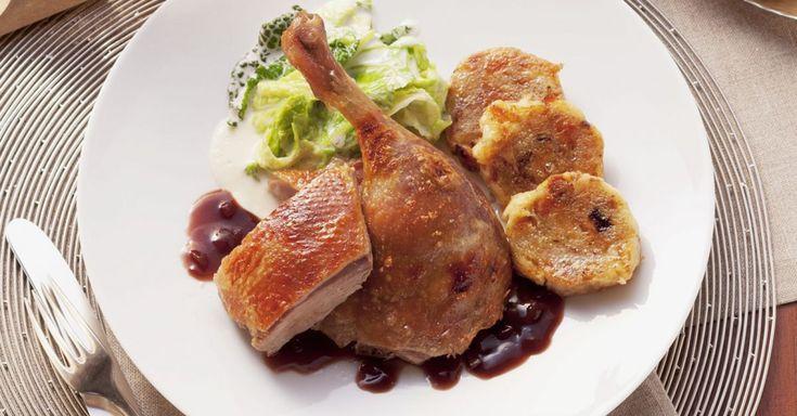 Gebratene Ente mit Zwiebelsoße, Wirsing und böhmischem Knödel ist ein Rezept mit frischen Zutaten aus der Kategorie Ente. Probieren Sie dieses und weitere Rezepte von EAT SMARTER!