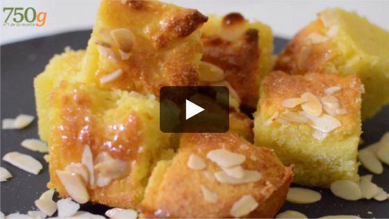 La basboussa est une pâtisserie orientale à base de semoule fine, de sucre et de fruits secs. Un gâteau de semoule imbibé d'un sirop (souvent à la fleur d'oranger). On adore sa texture aérée, sa légèreté et surtout l'accompagner d'un bon thé à la menthe.