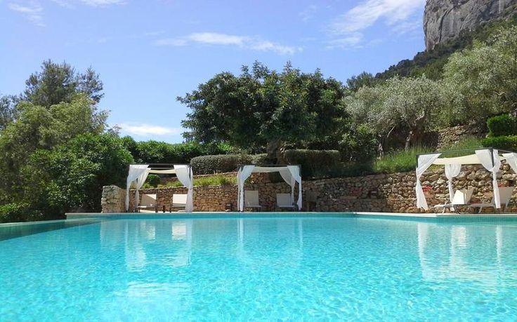 Hotelfinca S'Olivaret Alaró, Mallorca Zentrum Preis pro Nacht 161 - 276€ Für max. 66 Personen   Die Hotelfinca liegt zu Füssen der sagenumwobenen Burg von Alaró in einem ruhigen und landschaftlich wunderschönen Tal. Vom Pool und der weitläufigen Terrassenanlage um das Haus haben Sie einen traumhaften Blick in die Umgebung.