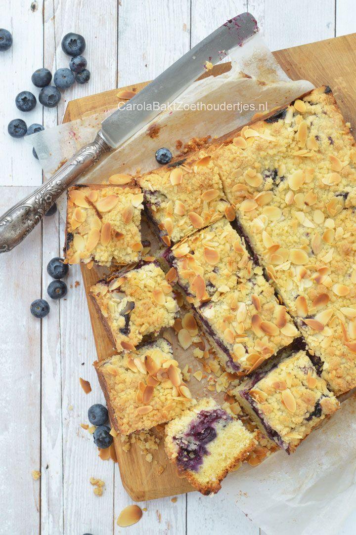 Cake with crumbs and blue berry's Kruimelcake met blauwe bessen. Zachte cake, fruitige laag met een lekkere kruimellaag.