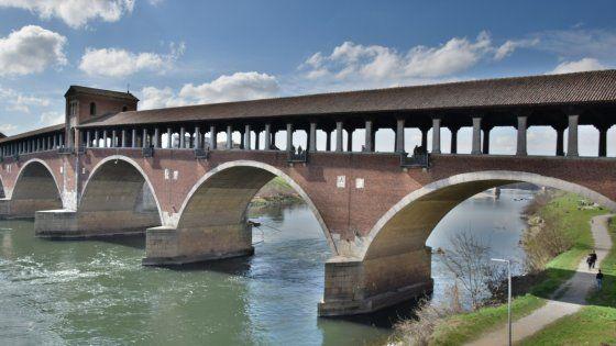 Dal Duomo al Broletto, fino alle scoperte che si possono fare lungo il Ticino. Una città bellissima, ancor più se si riesce a visitarla di giorno