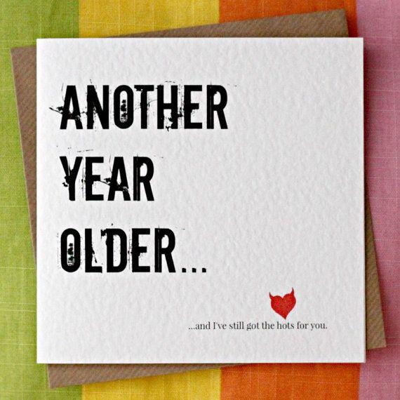 Een ander jaar ouder - nog het Hots voor u-Funny verjaardag, Sexy verjaardag, man, vrouw, vriend, vriendin, Partner verjaardagskaart.