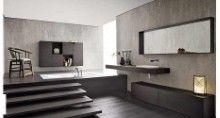 Esto baño esta encuentra en la planta baja,se hece totalmente de madera. Hay un largo espejo sobre el lavabo de barro y cinco pasos que conducen a la bañera, junto de la bañera hay una silla y unido a la pared hay un armario de color marrón oscuro.