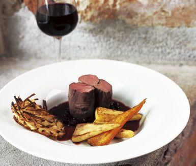 En lyxig och festlig måltid med mustiga smaker av vilt. Tillaga älgfilén i ugnen och servera sedan tillsammans med den ljuvliga såsen av svarta vinbär. Fantastiskt gott!