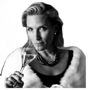 Josephine Edelskog är erfaren krögare och sommelier. Hon innehar ett antal ordnar, bland annat Medoc ordern i Bordeaux och Dame d'Officier en Champagne – som enda kvinna i norra Europa. Hon var också den första kvinnliga vinkyparen i Paris på Les Ambassadeur och femstjärniga Hotel Crillon. Hon innehar också ett Guiness-rekord i sabrering.