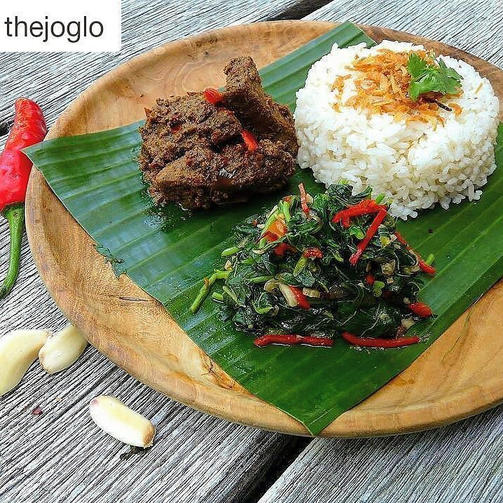 Presenting one of our house favourites  Nasi Rendang  tasty beef with white rice served in spicy coconut milk brought to you by @madeswarung  Selamat Makan!  #food #bali #holiday #thejoglo #traveling #wanderlust #globetrotter #travel #travelblogger #flatlays #flatlay #flatlayoftheday #lunch #yummy #acolorstory #foodlover #tumblr #foodforfoodie #style #foodie #foodblogger #madeswarung #samsunglife #like4like #likeforlike #l4l #thebalibible #tagforlikes #followforfollow