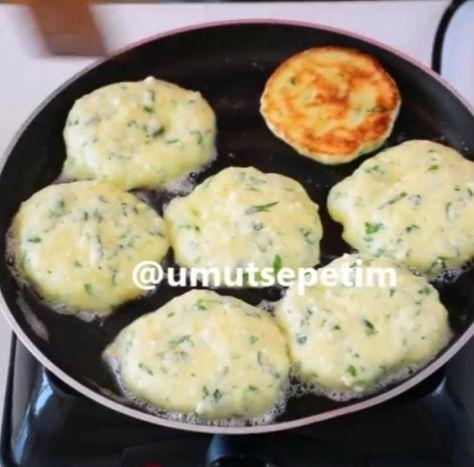 Hazırlanışı; Yumurtaları karıştırma kabına alın. 1 su bardağı yoğurdu ekleyip karıştırın. Sıvı yağ,tuz,peynir,maydanoz ekleyip tekrar karıştırın. Un ve kabartma tozunu da ilave edin akışkan pancake hamuru kıvamında bir hamur elde edene kadar karıştırın.