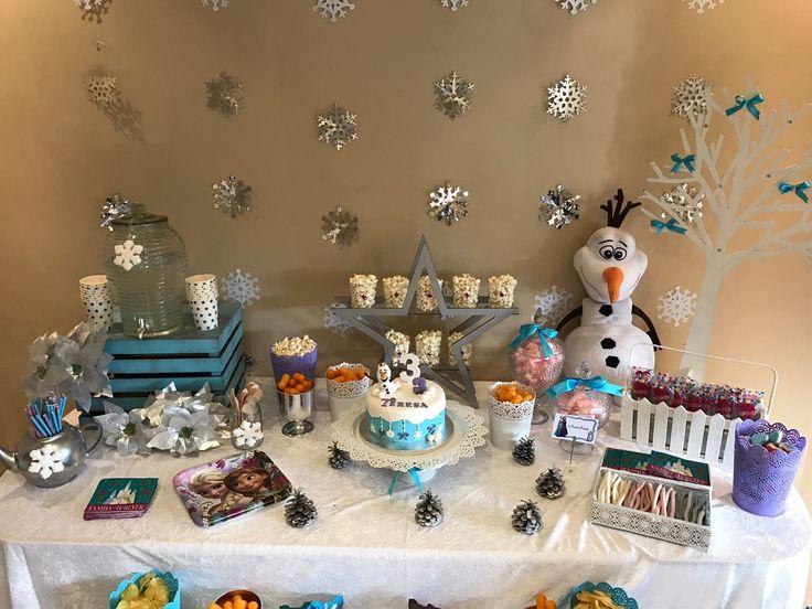 Mesa infantil para merienda, temática frozen. Olaf, dispensador de agua, galletas.  Sweets, tarta, candy , decor... mesa dulce. Www.celavi.es