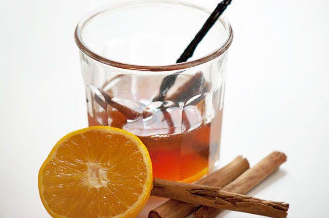 Hjemmelavet julesirup med kanel, appelsin og vanilje. En rigtig skøn sirup til alt fra pandekager, til græsk yoghurt, i te og til stærke oste. Prøv denne sirup