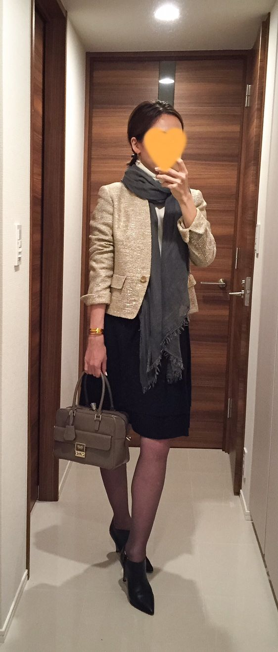 Tweed jacket: NEWYORKER, High-necked sweater: Des Res, Black skirt: ROPE, Beige bag: Anya Hindmarch, Boots: Fabio Rusconi