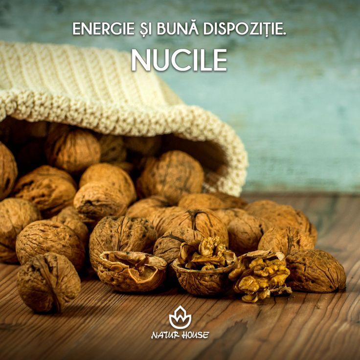Simți că după-amiaza îți scade nivelul de energie? Mânâncă puțin miez de nucă. Nucile sunt bogate în triptofan, un aminoacid responsabil cu eliberarea serotoninei în corp, așa că vei simți cum îți revine buna dispoziție rapid. Mai multe sfaturi de nutriție pe www.natur-house.ro
