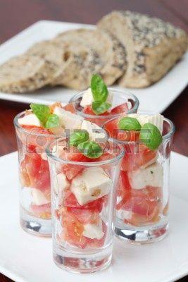 Caprese Appetizers met tomaten,mozzarella en basilicum in kleine glaasjes