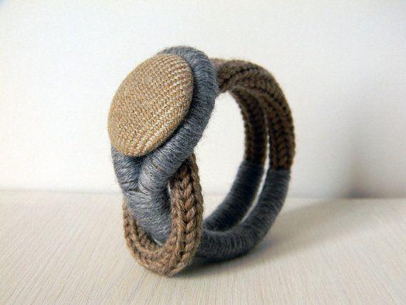 Bracelet tricot en laine bleu avec bouton en tissu tweed. Gris chiné et noisette