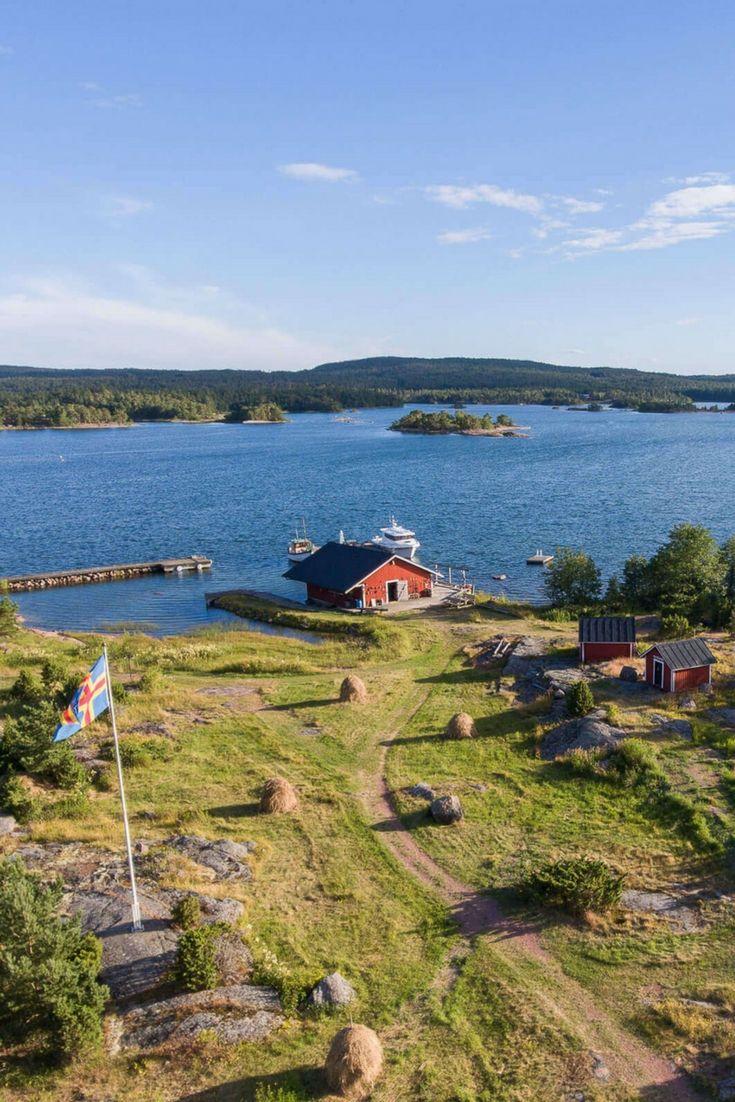 Je vous emmène à la découverte des iles de Finlande, à quelques heures de bateau de la Suède. Des iles où l'on parle suédois, mais où l'on vit à la finlandaise… Åland, Turku, Pargas et Nagu comme décors de nos aventures, entre bateau, kayak, yoga, sauna et randonnée.
