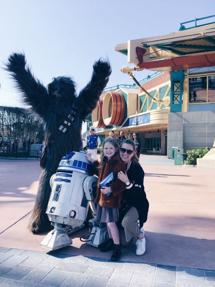 Our meeting with Chewbacca and R2D2 at Disneyland Paris