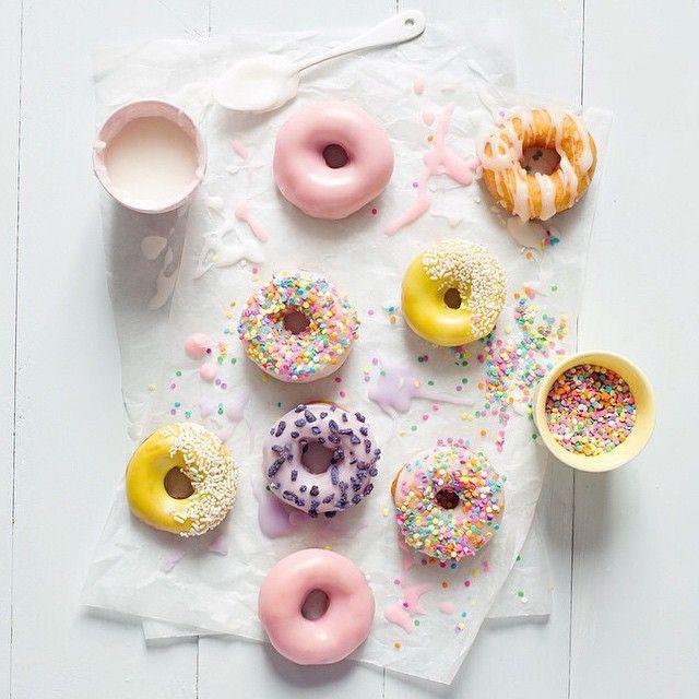 pastel donuts via @parigote Y nuestro cortador de donuts: http://www.ibilimenaje.com/catalogo/moldes-de-reposteria/68/ver-producto/cortador-de-donuts/1852/