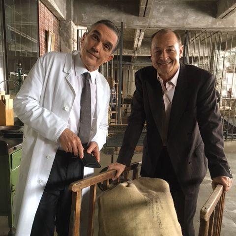 """Wusstet Ihr, dass Tchibo nach einem seiner Gründer benannt wurde? Ich hab mich immer gewundert, warum der Kaffee so heißt. Begonnen hat alles mit dem Hanseaten Max Herz, der schon in den 20er Jahren """"in Kaffee machte"""". 1949 gründete er zusammen mit Carl Tchilling-Hiryan das Unternehmen. Von TchillingHiryan, der wenig später das Handtuch warf, blieb nur der Namensteil """"Tchi"""", der zusammen mit der Silbe """"bo"""" aus """"Bohne"""" den ungewöhnlichen Firmennamen ergab."""