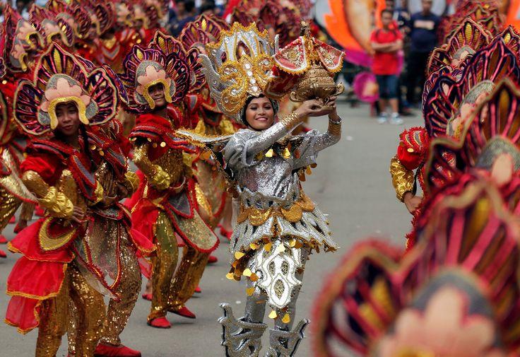 Best photographs of the day: Sinulog parade and Speedo MickCebu City, Filipinas  Os católicos romanos em trajes coloridos executam durante a grande parada de Sinulog que marca a festa do Jesus da criança