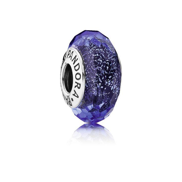 Pandora Muranoglas 'Blauw' 791646. Mooi vormgegeven bedel. De bedel heeft een diepblauwe kleur en geeft veel kleur aan uw Pandora-armband. Vier de winter met deze prachtige bedel. https://www.timefortrends.nl/sieraden/pandora/muranoglas.html