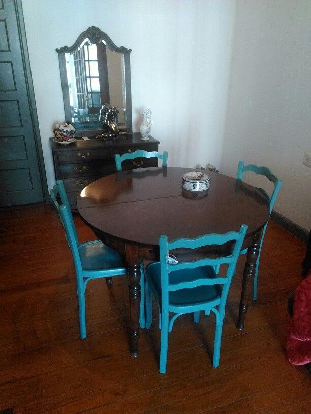 Mesa Comedor extensible de roble conjunto de cuatro sillas  y cómoda con espejo biselado....