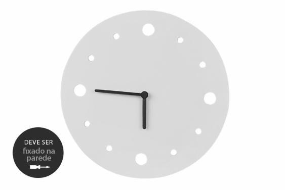 Já pensou em decorar a sua casa com um relógio de parede feito de chapas de MDF reaproveitadas? Esse é o caso do Relógio de Parede Decorativo Primal. Feito com medidas que respeitavam os pedaços de madeira que sobravam na produção de um dos nossos fornecedores, esse relógio para sala é bem minimalista e combina com qualquer estilo de decoração.