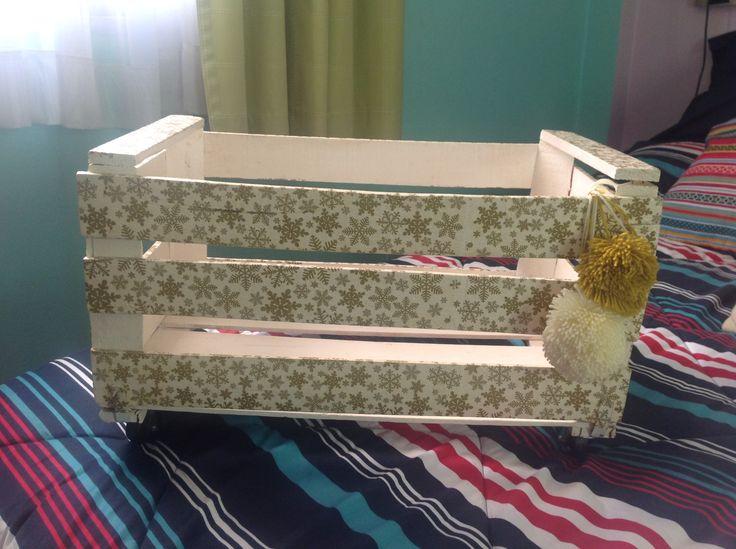 Cajón de madera con decoupage y pompones