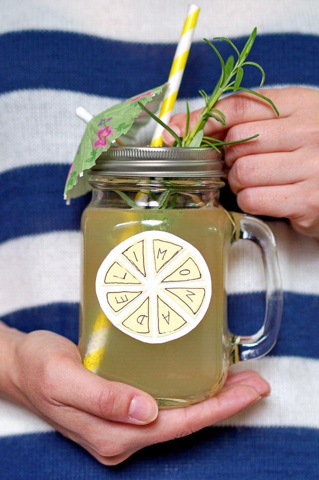 Ein Rezept für Kräuter-Honig-Limonade, die alles kann - © Fee ist mein Name