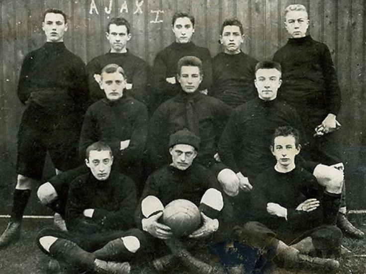 Amsterdamsche Football Club Ajax, 1900.  El primer equipo del Ajax histórico en el Campeonato Amateur de 1900. En ese período, el kit color era diferente del actual.