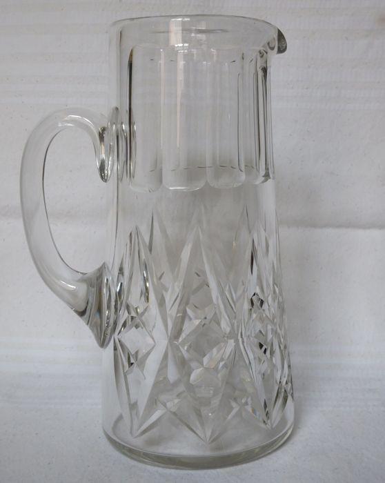 Kruik / werper / water karaf in Baccarat kristal model Harfleur - ondertekend Frankrijk begin 20e eeuw  Kruik / werper / water karaf in Baccarat kristal model Harfleur.Model in geslepen kristal hedendaagse het prachtige model Colbert Harfleur set is een nauwe neef aan laatstgenoemde: model van de luxe in sterke kristal smaakvol en rijk gesneden altijd perfect uitgevoerd en zonder enige verschuiven. De productie ging op na 1936 en tot het einde van de 20e eeuw sommige exemplaren zijn…