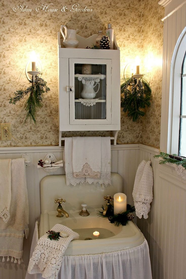 Aiken House & Gardens: Our Bathroom at Christmas