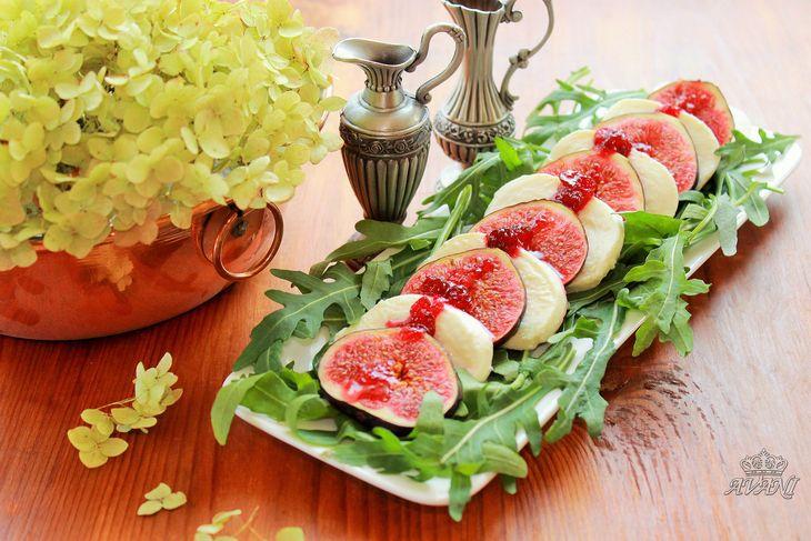 Салат Капрезе с моцареллой,инжиром и клюквенным соусом.