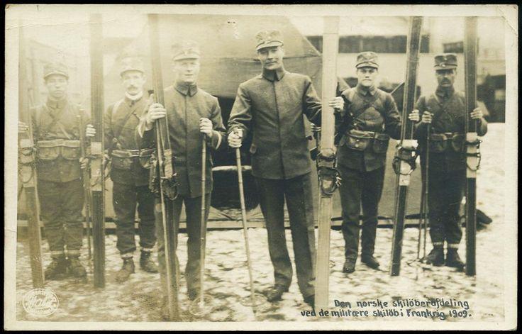 Militært motiv DEN NORSKE SKILÖBERAFDELING. Ved de militære skilöb i Frankrig 1909. Flott kort med 6 soldater med ski Utg Aabel