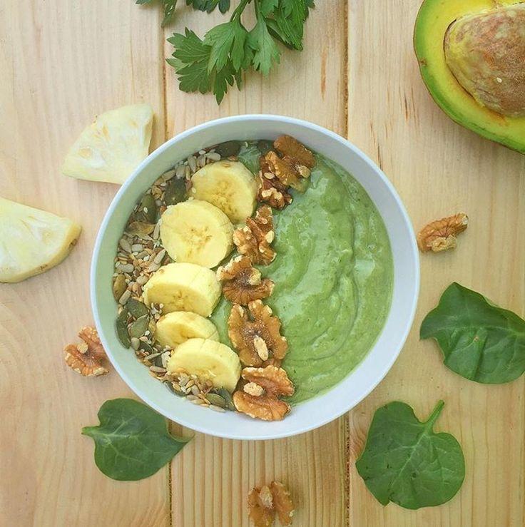 Tudo bem se você não costuma malhar aos sábados, mas este smoothie pós-treino vai te inspirar a ir à academia só para ter a desculpa de experimentá-lo depois!😋No bowl vai abacate, banana, abacaxi, pepino, salsinha, espinafre e leite de aveia. Decore com um mix de sementes, pedaços de banana e nozes.👌(📷: @pascals_clean_eats) #simplesesaudável #fitfood #healthylifestyle #eatclean #regram