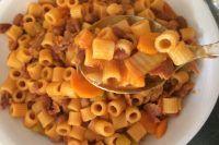 Pasta e fagioli, basta solo dire il nome di questo primo piatto per far illuminare gli occhi di qualsiasi italiano. Un piatto umile che subisce delle variazioni di ingredienti a seconda della regione in cui vi trovate.