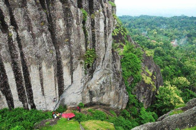 Ini adalah salah satu tempat paling asik untuk panjat dinding. DI lokasi ini kamu bisa melihat suasana Desa Nglanggeran dari atas. (Benedictus Oktaviantoro/Maioloo.com)