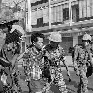 Soldados Americanos deteniendo insulgentes Vietnamitas.!