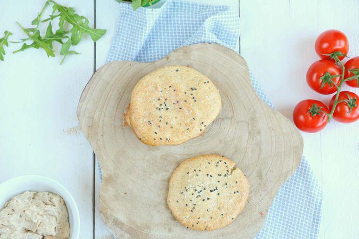 Zelf havermoutbroodjes maken is zo gepiept. In de basis slechts 3 ingrediënten en binnen 5 minuten is het beslag klaar. Een heerlijk lunch recept.