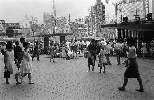 人出でにぎわう渋谷駅前。中央には復員傷病兵の姿も見られる(東京・渋谷区の渋谷駅前) 撮影日:1965年08月