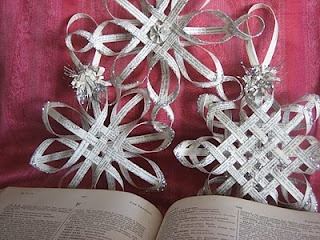 This is also good for Christmas.Vintage Books, Paper Stars, Old Book Pages, Woven Stars, Paper Ornaments, Paper Snowflakes, House Revival, Christmas Ornaments, Vintagebook