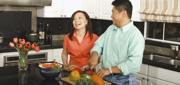 Par lager mat sammen på kjøkkenet