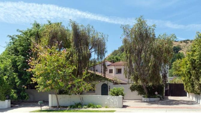SELLER: Beverly D'Angelo LOCATION: Beverly Hills, CA PRICE: $2,795,000 SIZE: 4,045 square feet, 5 bedrooms, 4.5 bathrooms YOUR MAMA'S NOTES: Arguably under-rated veteran actress Beverly D'Angelo, p…