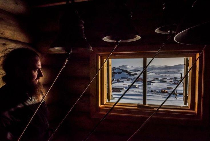 Daniel Berehulak, Australia, 2015, for The New York Times, An Antarctic Advantage    Zdjęcie, które zdobyło 1. Nagrodę w kategorii Daily Life - seria zdjęć. Przedstawia prawosławnego kapłana patrzącego przez okno dzwonnicy po zakończeniu czuwania w Rosyjskim Kościele Prawosławnym Świętej Trójcy w Fildes Bay. Zdjęcie wykonano na  Antarktydzie, 3 grudnia 2015