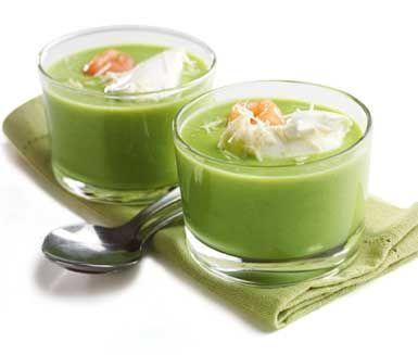 Här är en underbar, snabblagad och fyllig grön ärtsoppa med pepparrotsfraiche. Du serverar ärtsoppan med rökt lax och crème fraiche blandat med pepparrot. Du kan äta den goda soppan som fullständig måltid eller i mindre portion som förrätt.