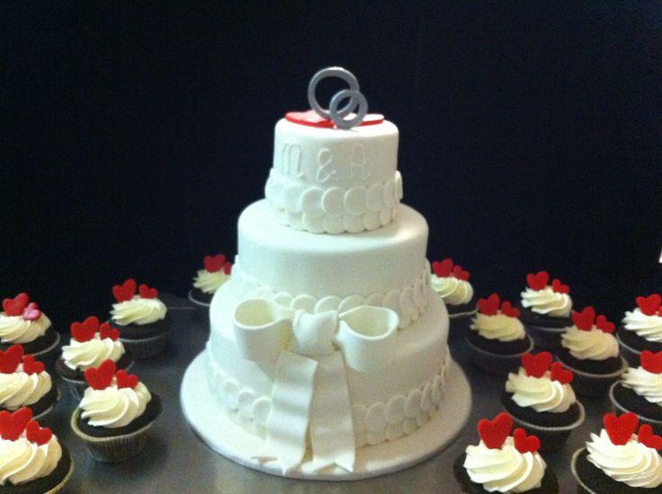 Wij nodigen u graag uit om uw unieke bruidstaart te ontwerpen inclusief een taartproeverij!   De bruidstaart bespreking word gehouden bij ons in de bakkerij en dit duurt ongeveer een uur. U kunt inspiratie opdoen uit onze ruime fotocollectie en/of u brengt een eigen ontwerp mee. Samen met één van onze medewerkers wordt er voor u een unieke bruidstaart ontworpen. Daarna volgt er een taartproeverij om de smaken voor de bruidstaart te bepalen.  De prijzen voor bruidstaarten liggen tussen  …